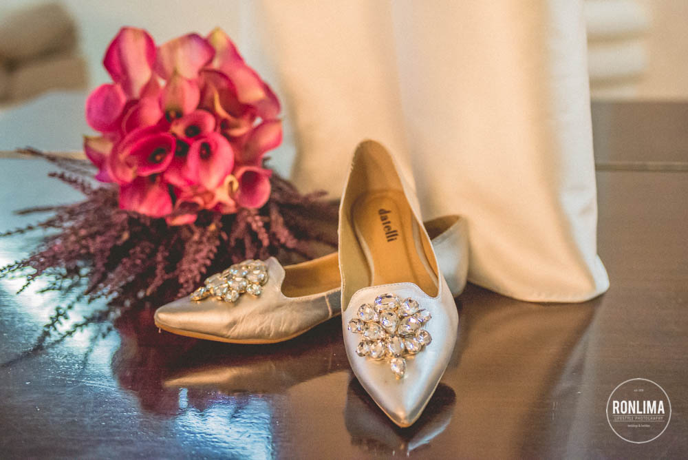 foto dos sapatos e buque da noiva
