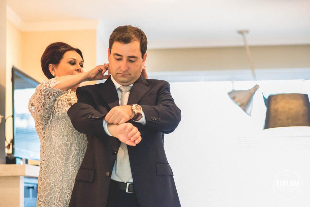 noivo se preparando para o casamento