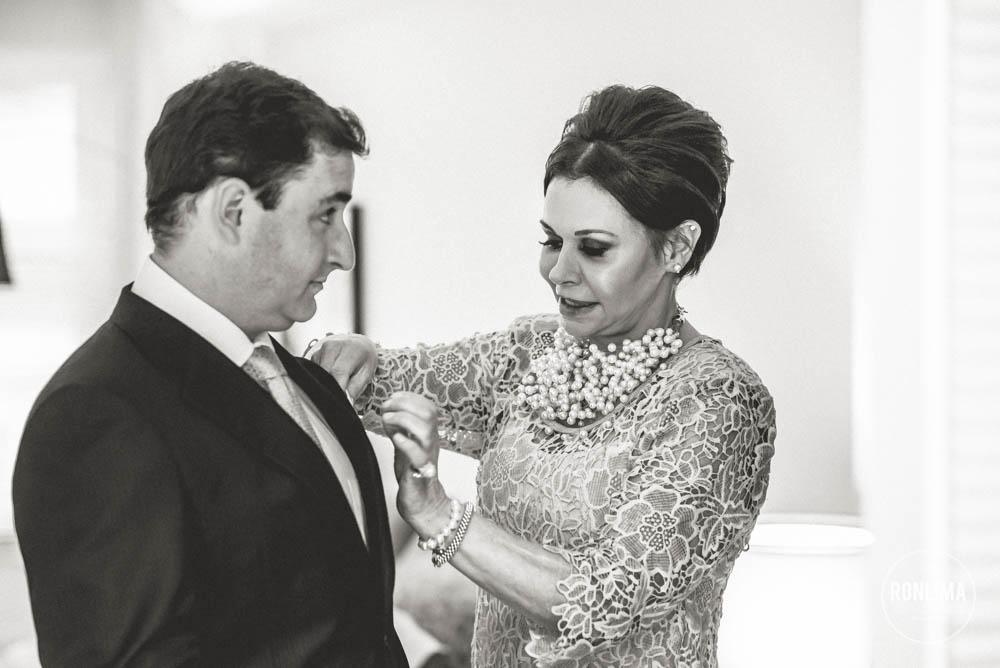 mãe ajudando o noivo