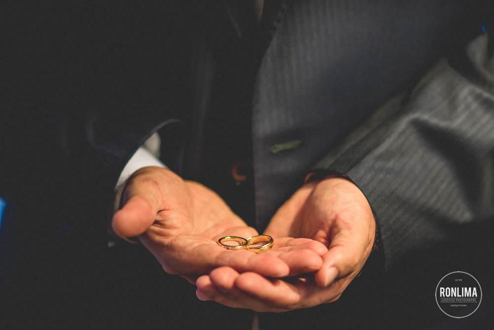 alianças na mão do noivo