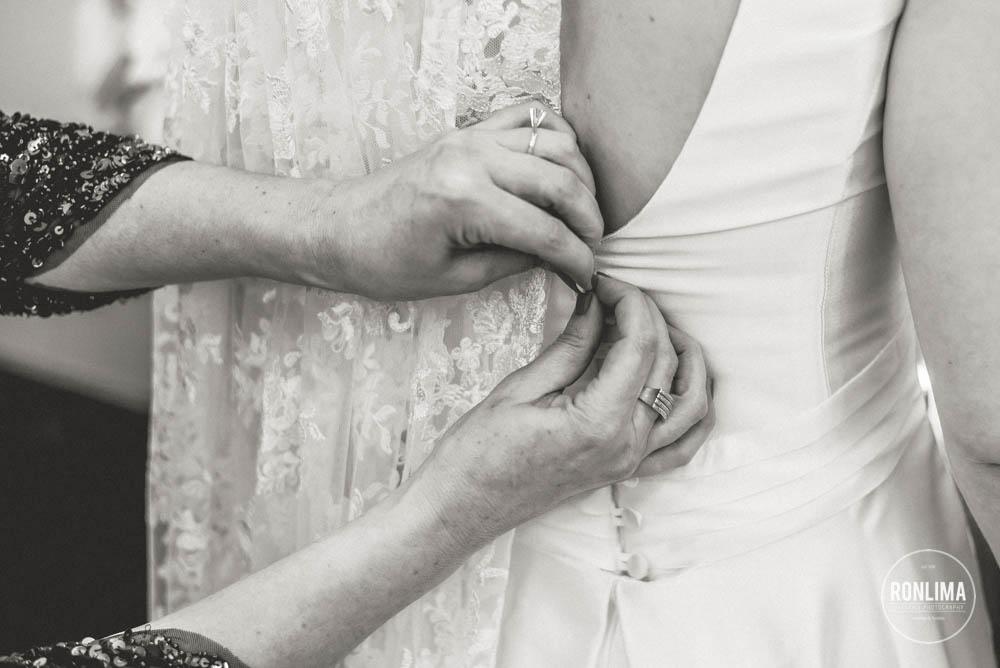 foto da noiva colocando o vestido