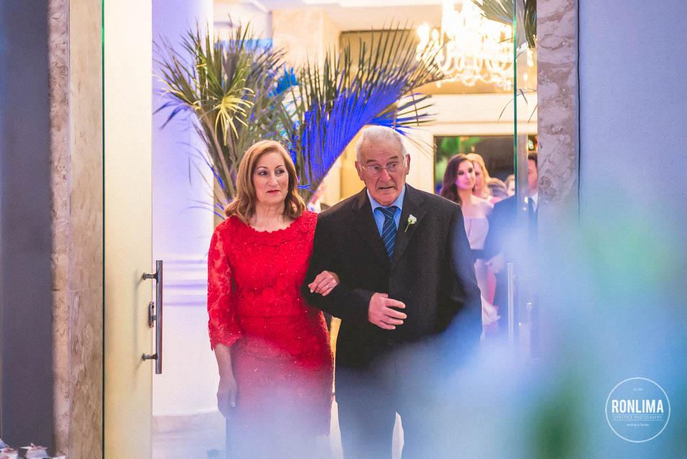 pais da noiva entram para o casamento