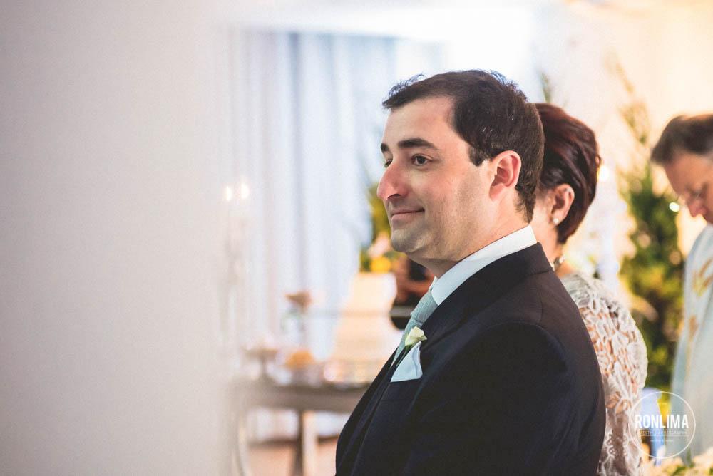 noivo olha para a noiva entrando
