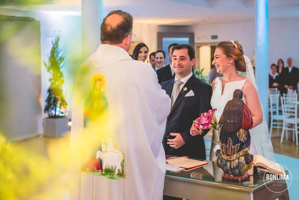 noivos e padre em cerimonia