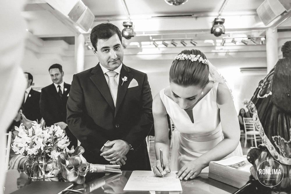 noiva assina a ata de casamento