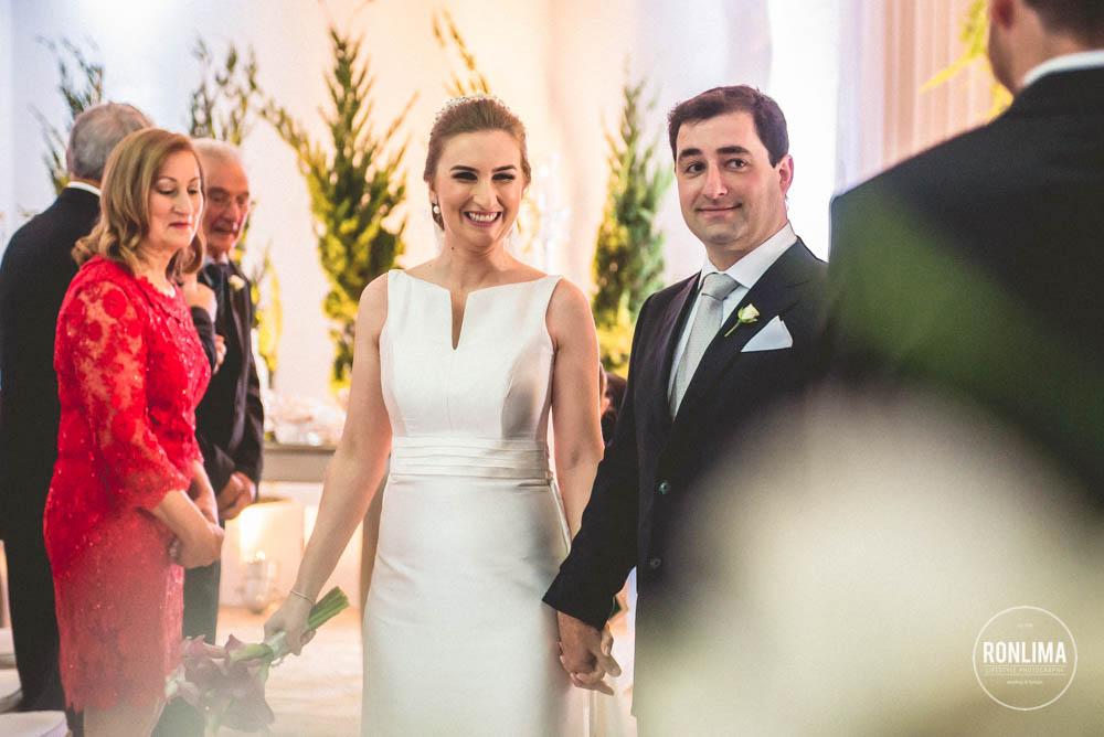 noivos saem da cerimonia de casamento