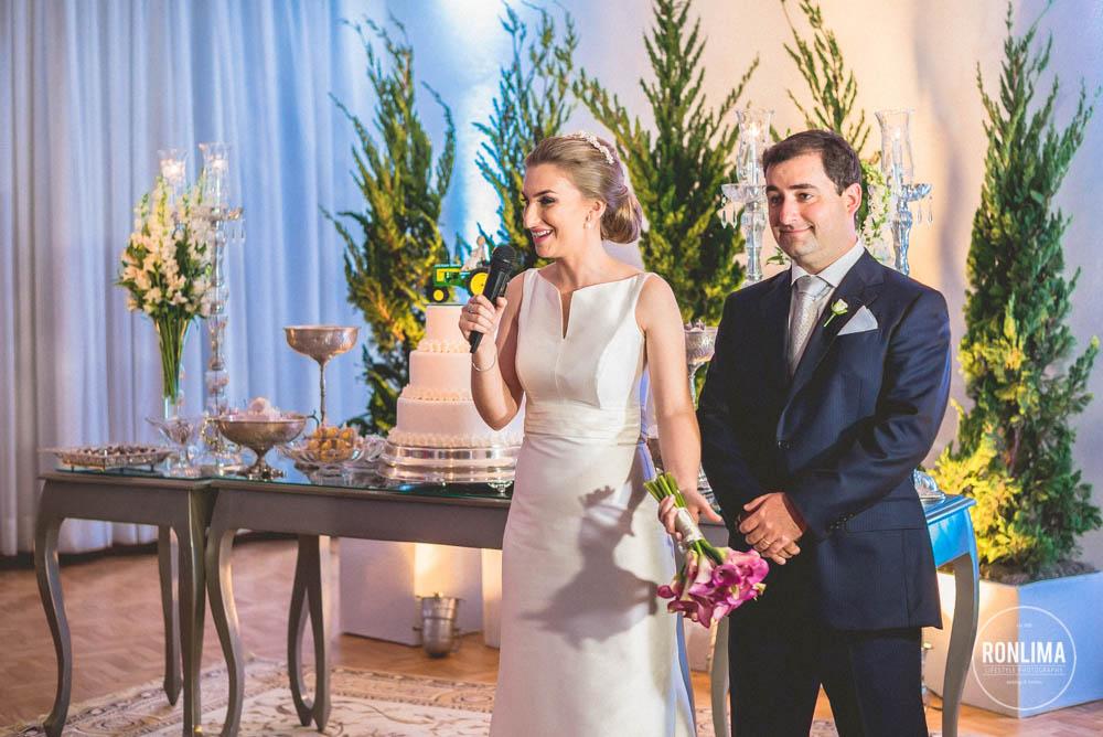 noivos falam para seus convidados na recepção