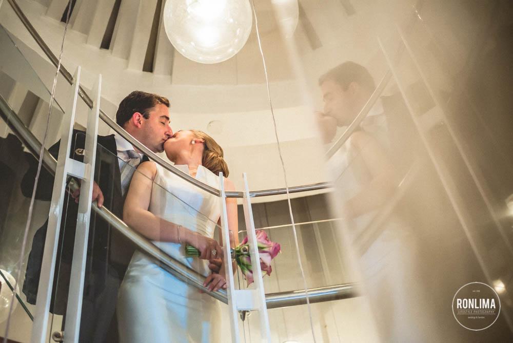 beijo dos noivos no ensaio fotográfico