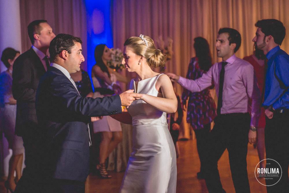 noivos dançam na recepção do casamento