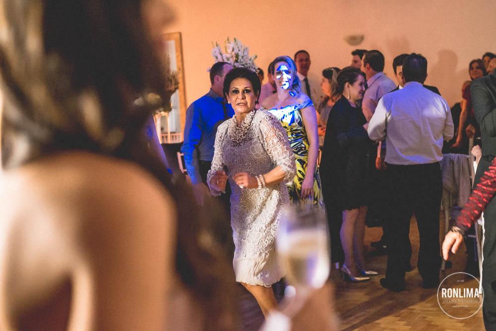 mãe do noivo dança na festa