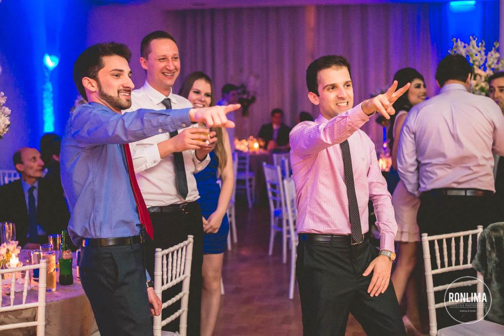 amigos se divertem em casamento no clube comercial