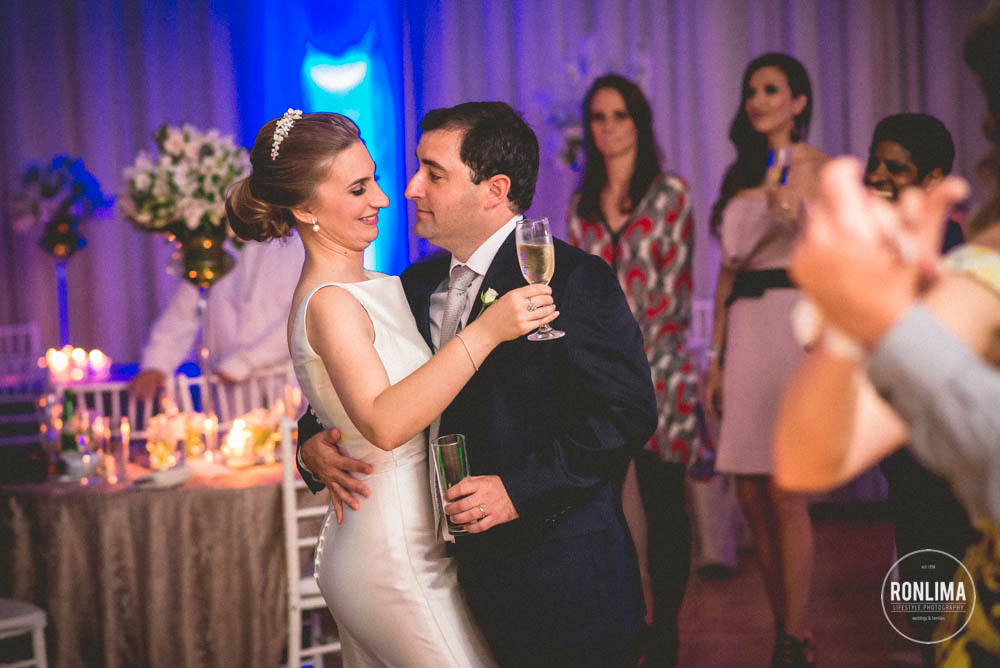 noivos dançam na festa de casamento
