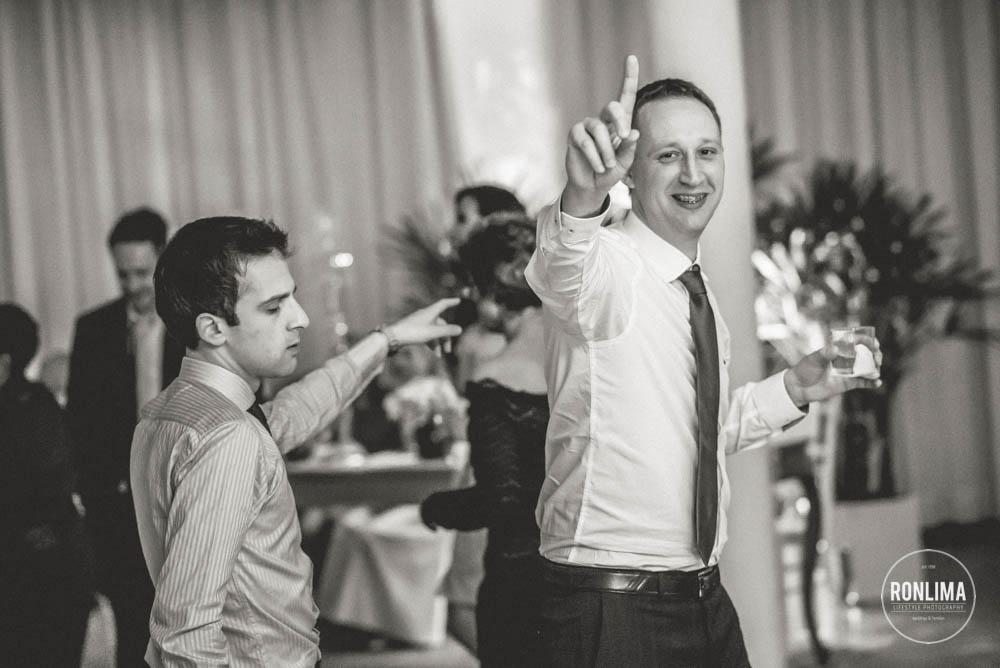 convidados dançam na festa de casamento