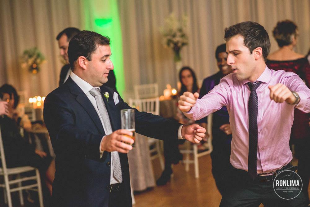 noivo e amigo dançam na festa de casamento