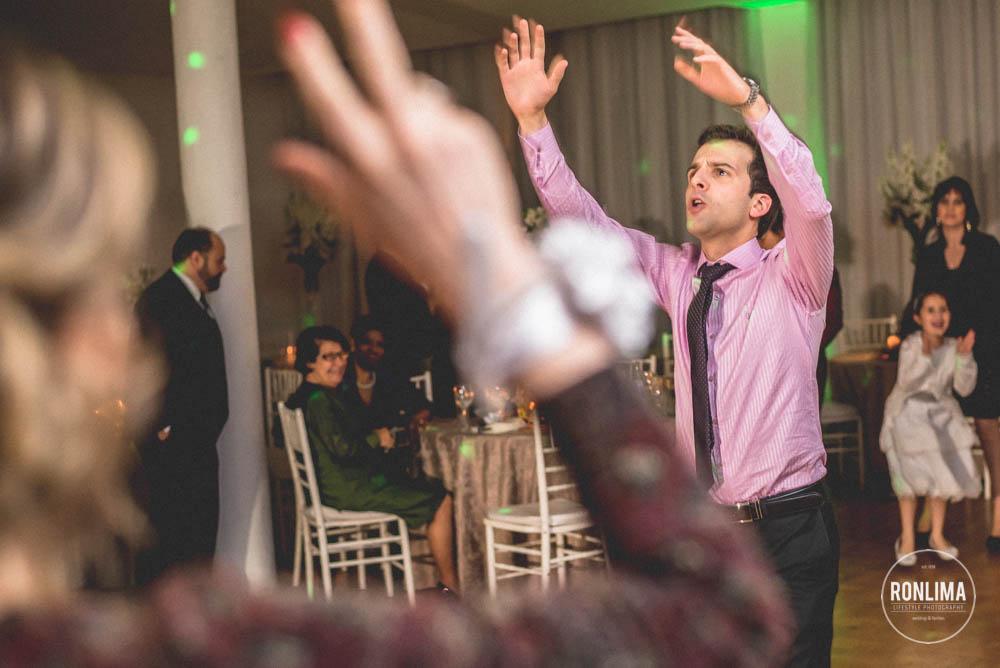 amigos do noivo dançam na festa de casamento