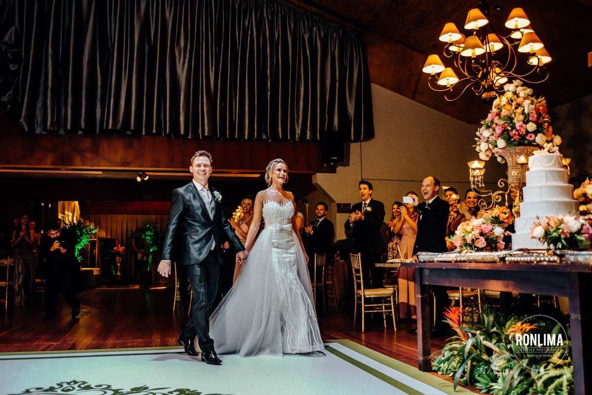 Entrada dos noivos na recepção de casamento