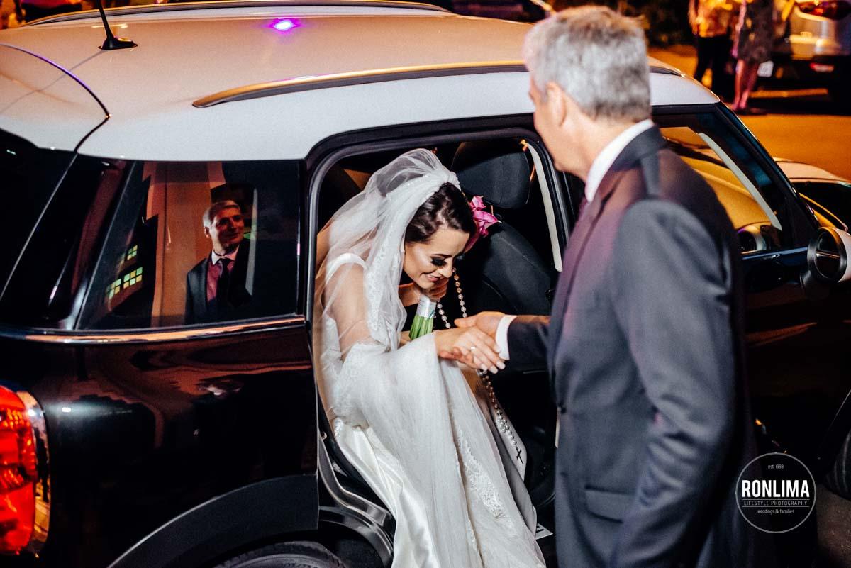 Noiva sai do carro