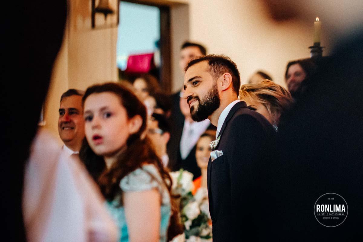 Noivo espera noiva no altar