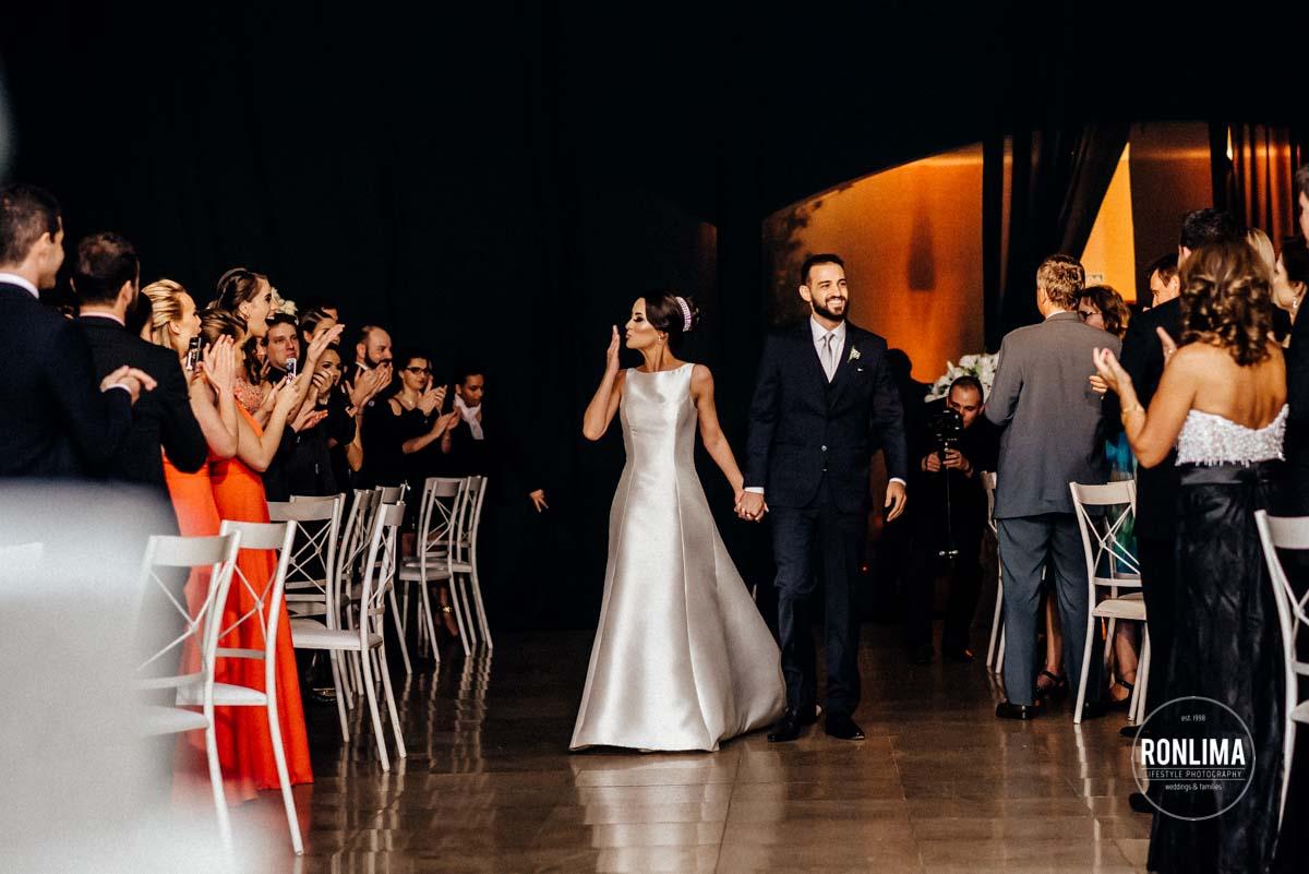 Entrada dos noivos na festa de casamento