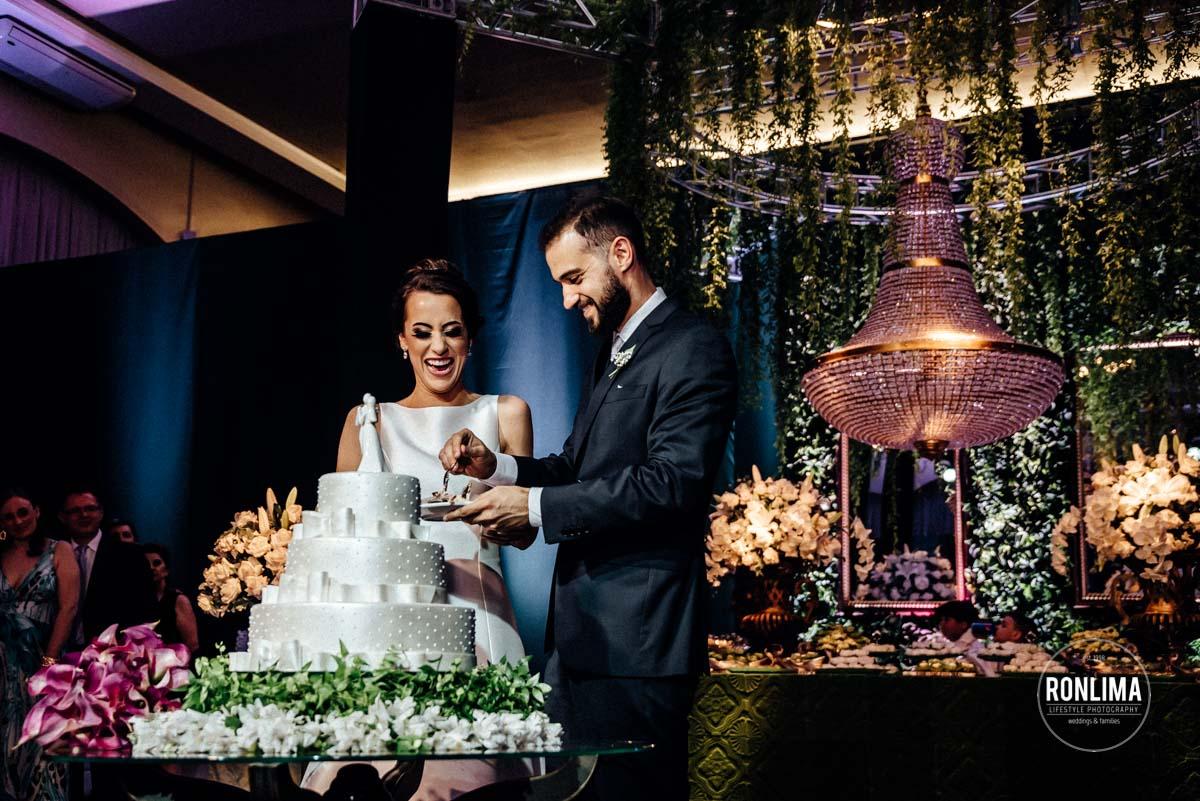 Corte do bolo no casamento