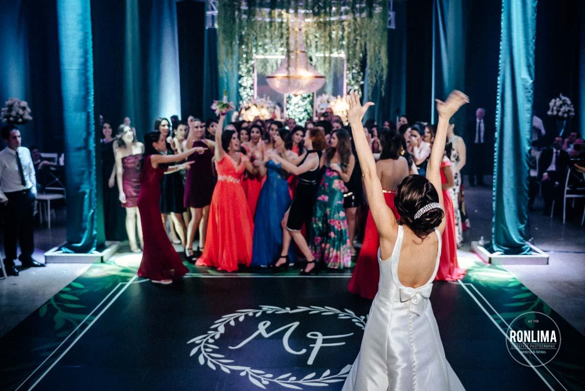 Noiva joga o buquê no casamento