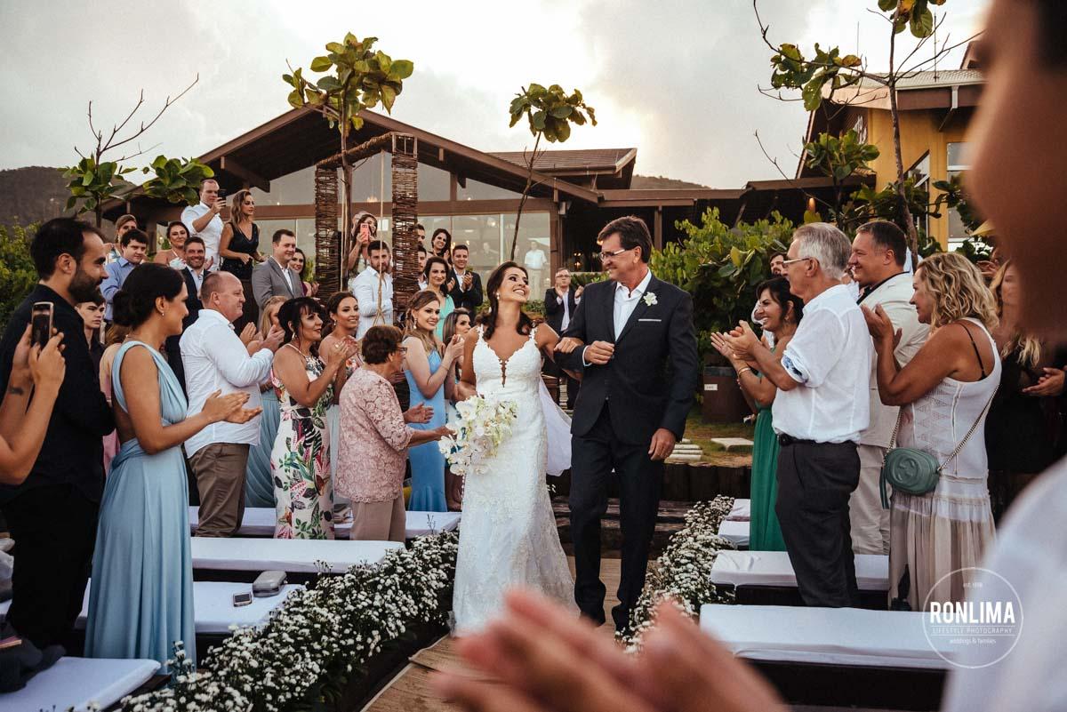 cerimônia de casamento pé na areia da praia