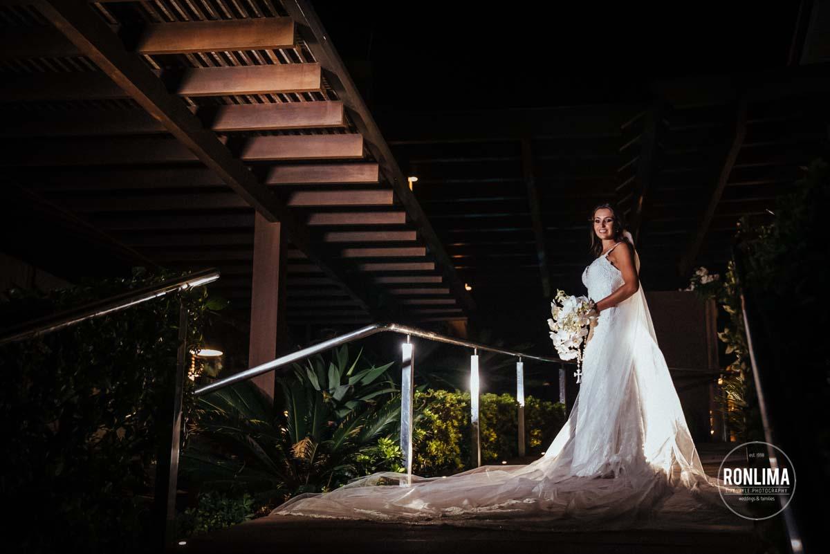 Ensaio dos noivos durante o casamento pé na areia